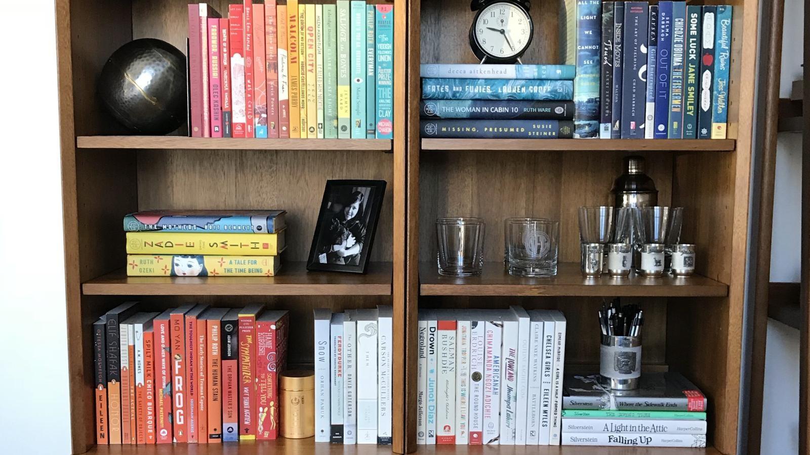 9 Different Ways of Arranging a Bookshelf